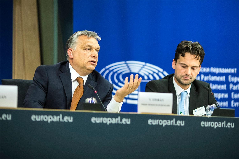 A Miniszterelnöki Sajtóiroda által közreadott képen Orbán Viktor miniszterelnök (b) nemzetközi sajtótájékoztatót tart az Európai Parlament plenáris ülése után Brüsszelben 2017. április 26-án. A kormányfő felszólalt az alapjogok magyarországi helyzetével foglalkozó ülésen. Mellette Havasi Bertalan, a Miniszterelnöki Sajtóiroda vezetője (j). MTI Fotó: Miniszterelnöki Sajtóiroda / Szecsődi Balázs